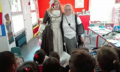 Regina Cunetta e la sua dama fanno visita ai bambini della scuola dell'infanzia Elve di Novara