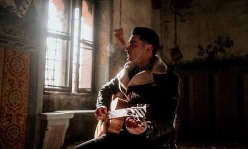 """Il cantautore Gianluca Centenaro in concerto ad Acquaviva delle Fonti per lo spettacolo """"La libertà è sacra come il pane"""""""