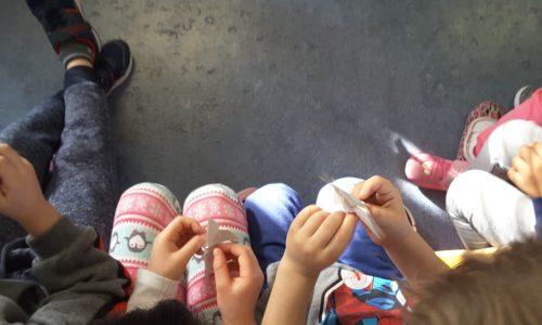 Le lettrici volontarie regalano una ventata di storie ed emozioni ai bambini della scuola dell'infanzia Elve